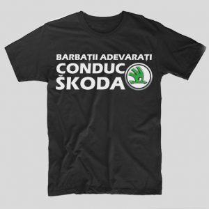 tricou-negru-cu-mesaj-haios-pentru-soferi-barbatii-adevarati-conduc-skoda