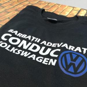 tricou-negru-cu-mesaj-pentru-soferi-masini-barbatii-adevarati-conduc-volkswagen-vw