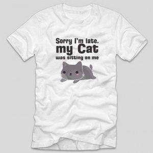 tricou-alb-cu-mesaj-haios-pentru-pisici-sorry-im-late-my-cat-was-sitting-on-me