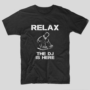 tricou-negru-cu-mesaj-pentru-dj-relax-the-dj-is-here