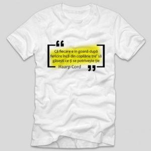 tricou-alb-cu-mesaj-versuri-ca-fiecare-e-in-goana-dupa-fericire-inca-din-copilarie-tre-sa-gasesti-ce-ti-se-potriveste-haarp-cord